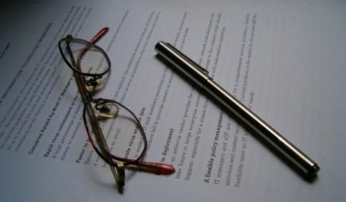 メガネとペンと英語のプリント用紙