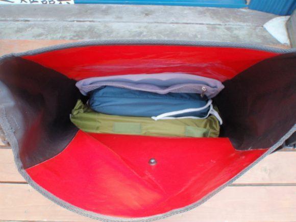 ORTLIEBのサイドバックにテントとグランドシートをパッキング