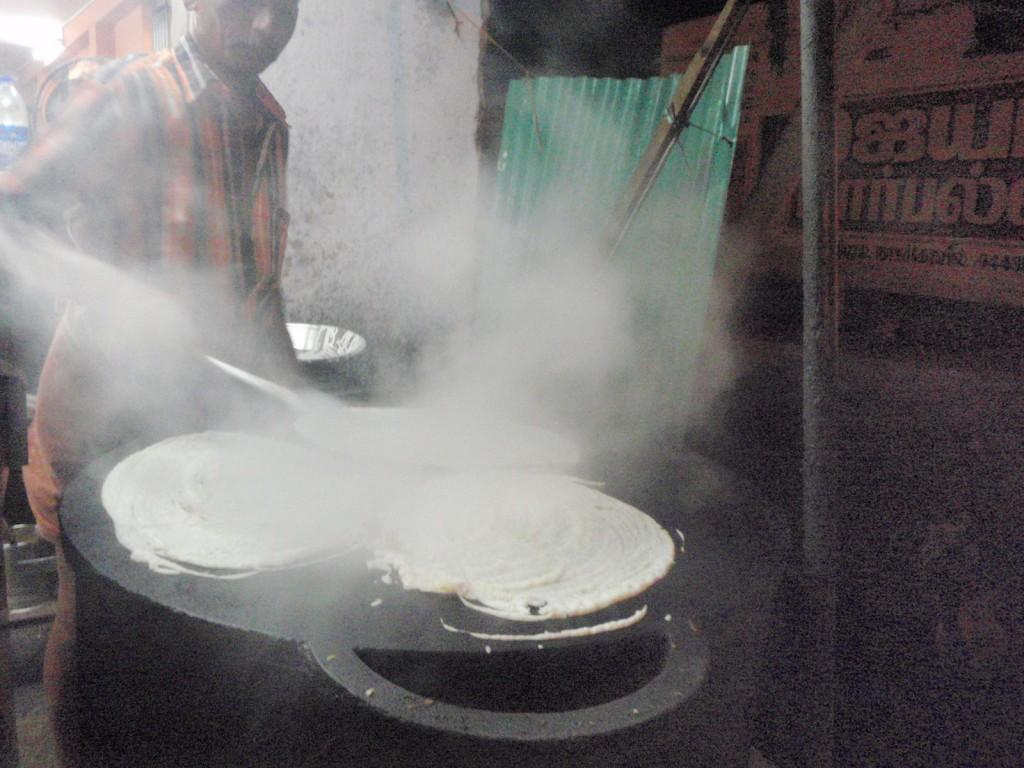 インドのカレー屋で生地を焼いてるじもぴー