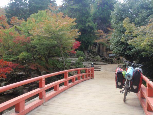 紅葉が綺麗な広島宮島の橋とキャノンデールクイック4