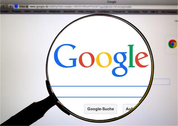 Googleトップページを虫眼鏡で拡大