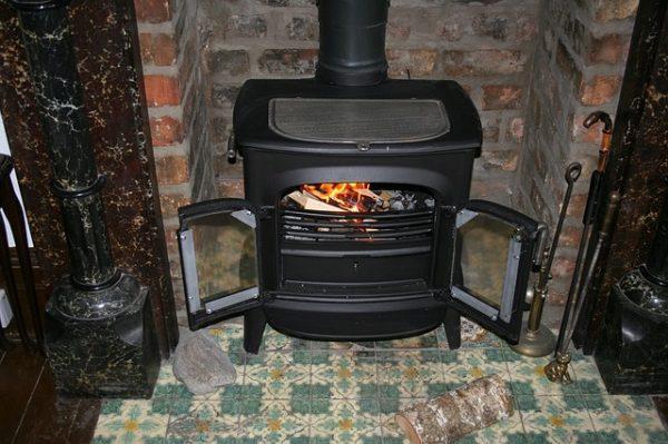 レンガに囲まれた黒の薪ストーブ