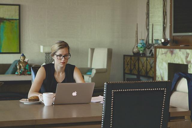 モーニングにMacBookairでビデオ受講している女性