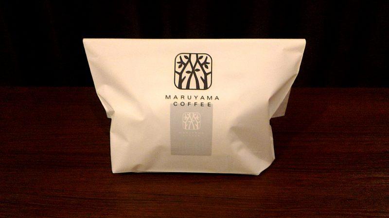 丸山珈琲のコーヒー豆をオリジナルの手提げ袋に入れた様子