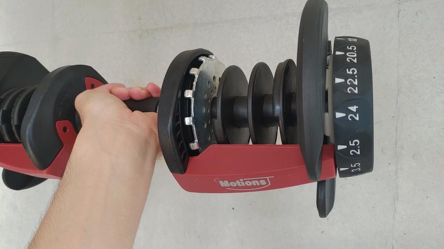 Motionsダンベル3.5kgを左手で持ち上げる